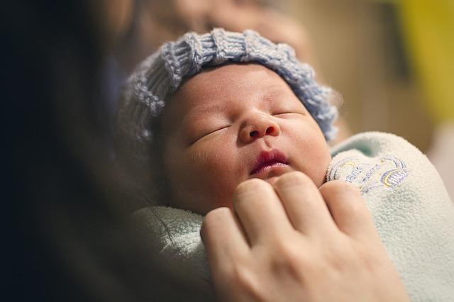 spící novorozeně