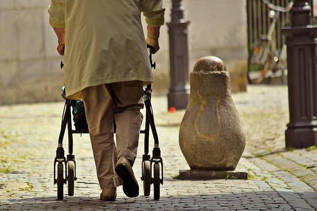 důchodce s chodítkem