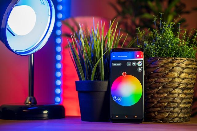 chytrá žárovka a mobil