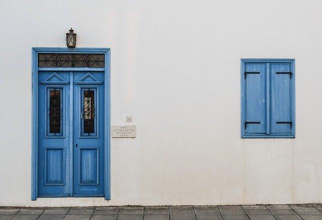 modré vchodové dveře