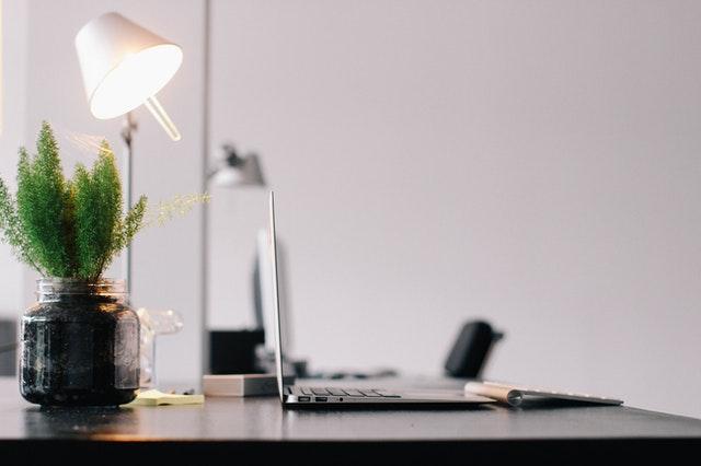 stolní lampa, laptop