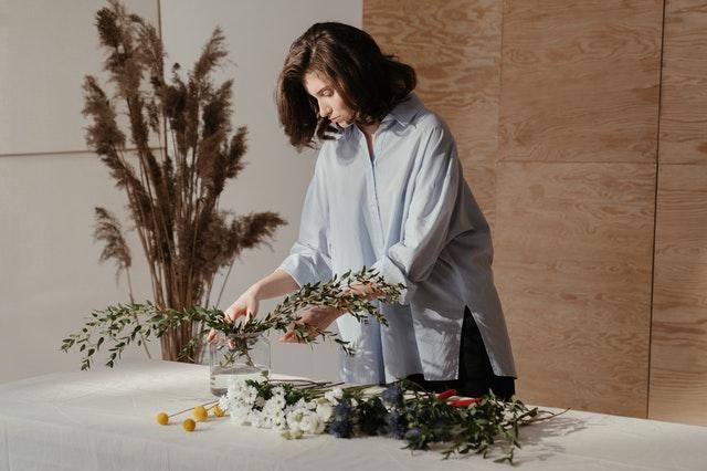 žena aranžuje květiny